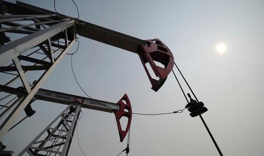 Переизбыток предложения толкает вниз мировые цены на нефть