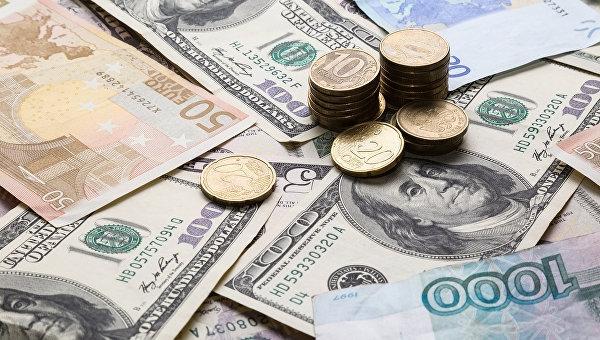 Рубль существенно ослаб в начале сегодняшних торгов