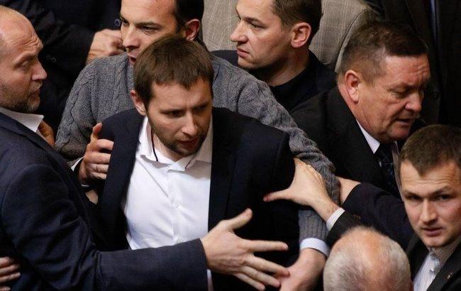 Во Львове украинский депутат сорвал флаг РФ со здания Генконсульства и сжег его (видео)