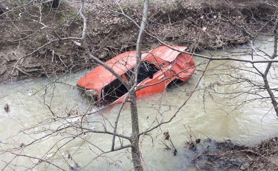 Под Севастополем автомобиль упал в реку