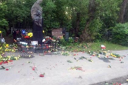 Вандалы изуродовали могилу Виктора Цоя