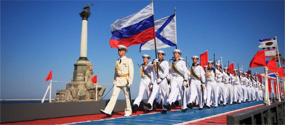 Севастопольцы и гости города поздравили моряков с днем ВМФ