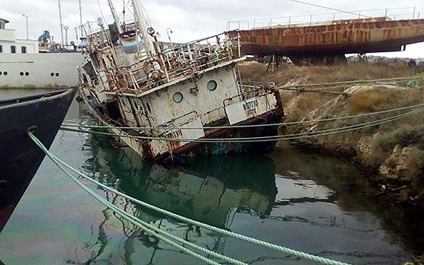 В Севастополе под воду стремительно уходит судно