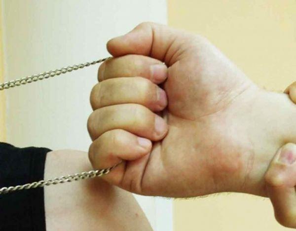 В Севастополе мужчина срывал цепочки с прохожих