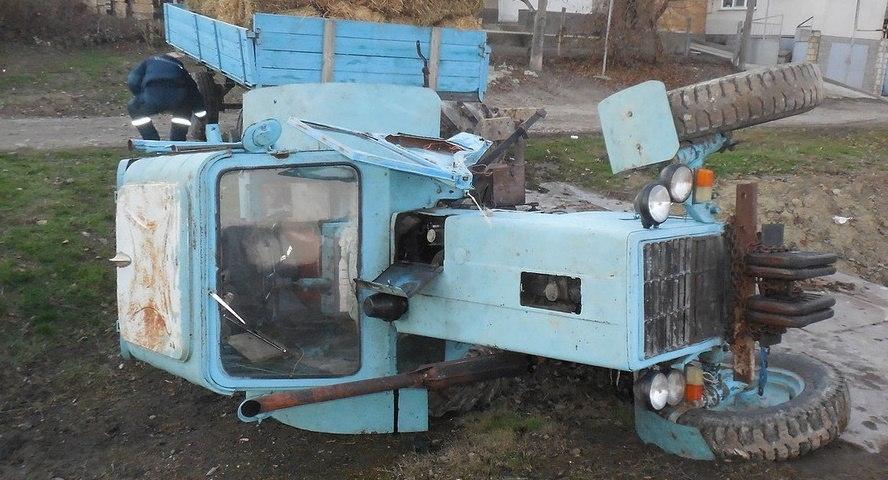 Крымские спасатели подняли перевернувшийся трактор и достали из грязи автомобиль