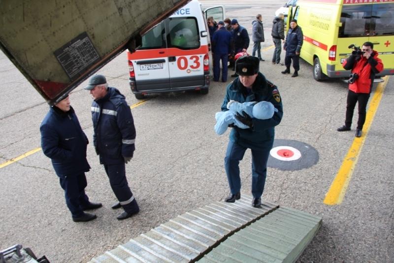 Спецборт МЧС доставил из Крыма в Москву и Санкт-Петербург пятерых тяжелобольных пациентов