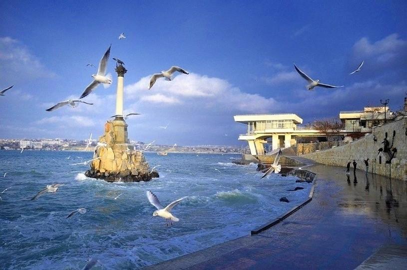 Итоги пятницы: пожизненное заключение маньяка, «скамеечный бум» в Севастополе, гостиница в туалете на крымском курорте