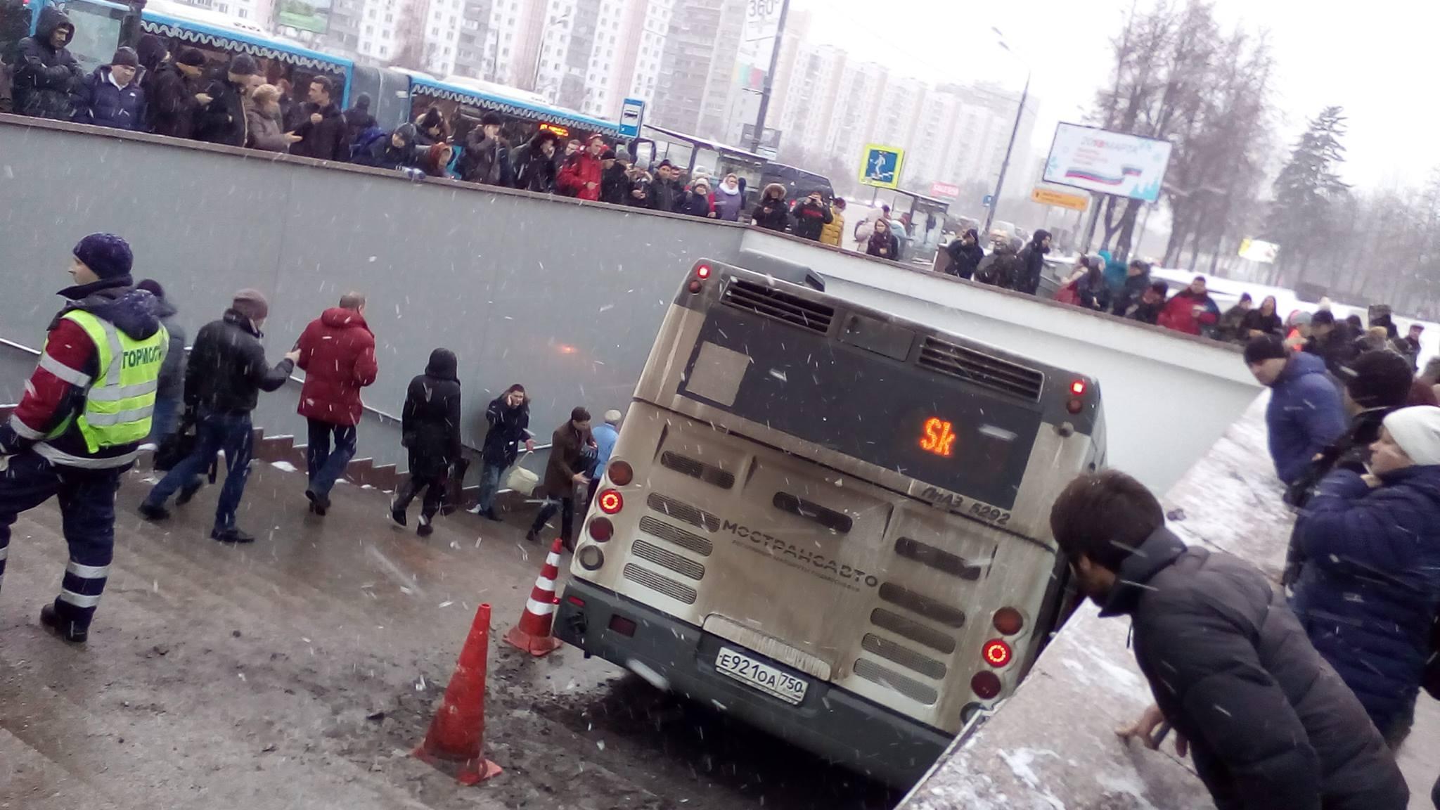 У водителя автобуса, протаранившего людей в Москве, произошло кровоизлияние в мозг