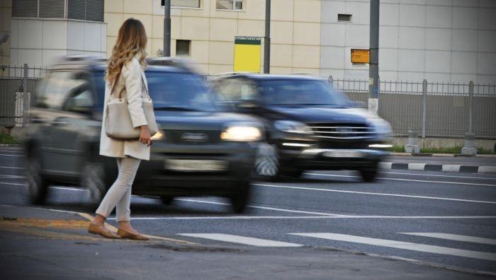 В российском городе женщина невозмутимо встала и пошла после того, как ее сбил внедорожник