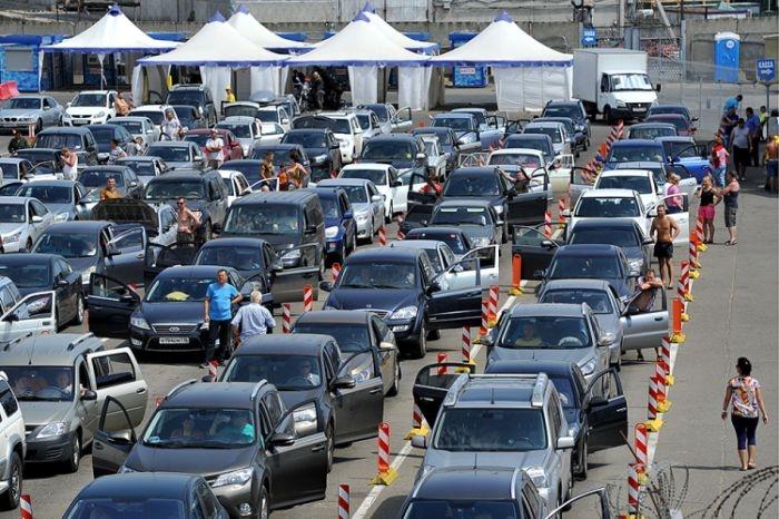 На Керченской переправе из-за шторма скопилась очередь из сотен автомобилей