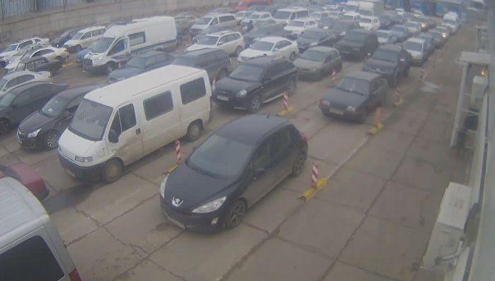 Из-за непогоды на Керченской паромной переправе застряло более 400 автомобилей