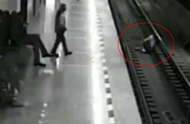В Екатеринбурге увлеченный телефонным разговором школьник упал на рельсы в метро