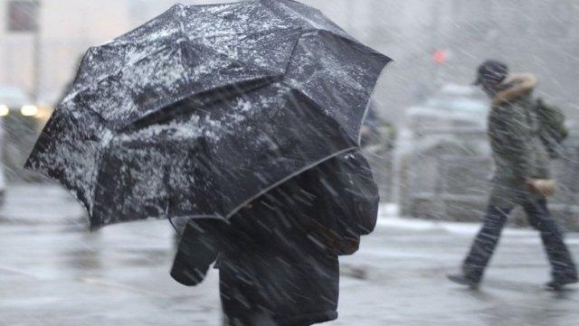 В воскресенье крымчан ждет сильный ветер и снег: МЧС рекомендует отказаться от поездок
