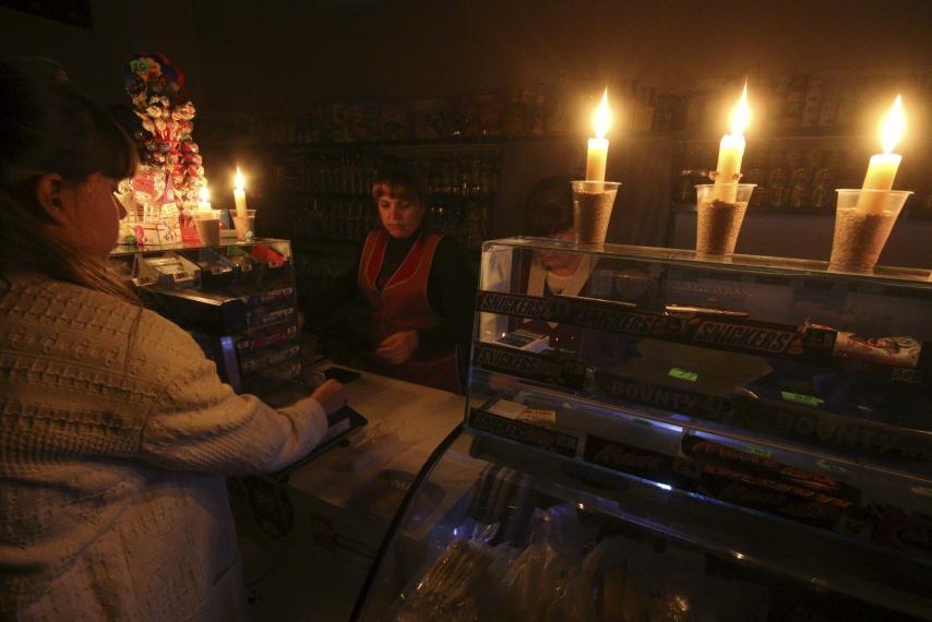 Почти 10 тысяч жителей Крыма остаются без электричества из-за непогоды
