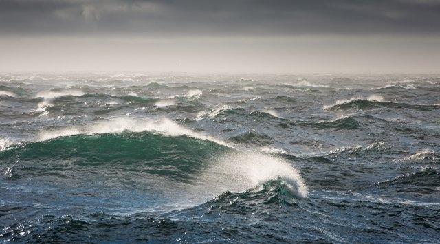 Оператор Керченской паромной переправы предупреждает о сильном ветре