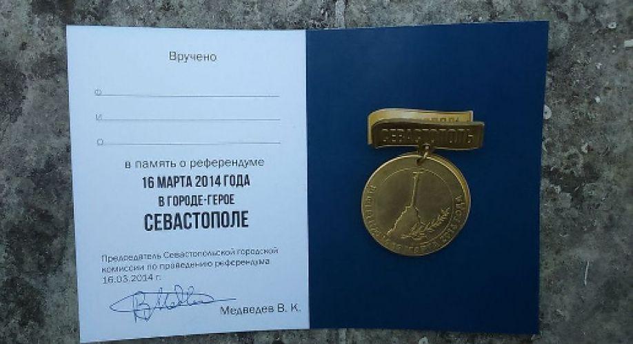 Севастопольцам на избирательных участках вручают памятные медали
