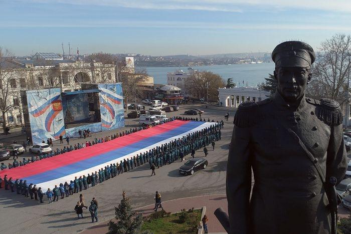 В Севастополе развернули гигантский триколор