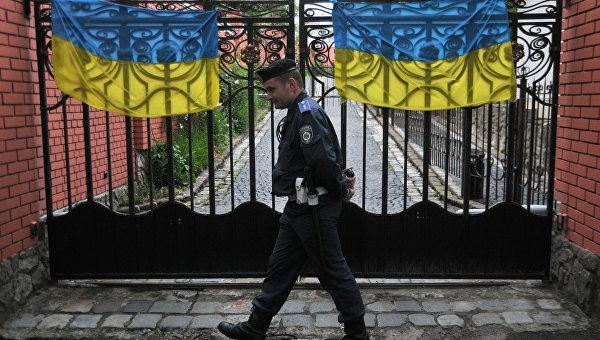 Нацгвардия, силовики и «коридор позора»: на Украине полиция блокирует вход в консульство для россиян