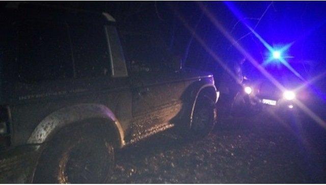 Mitsubishi Pajero застрял в грязи в крымском лесу