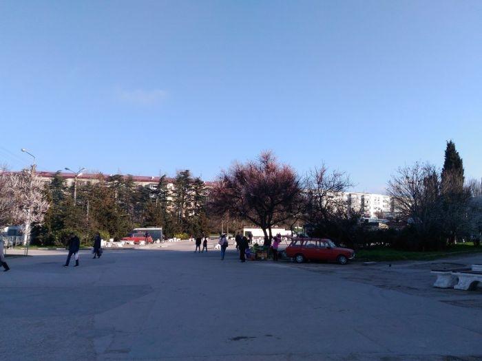 Они вернулись: продавцы овощей снова торгуют на площади 50-летия СССР в Севастополе