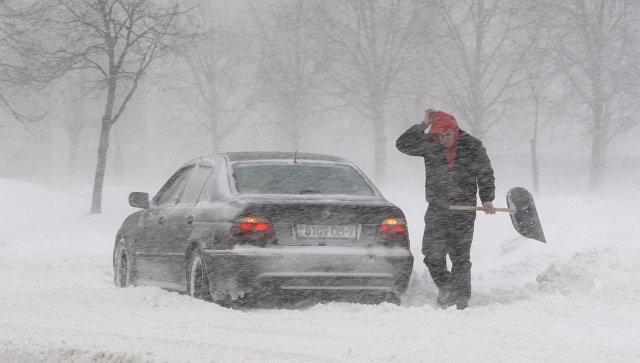 В Крыму из-за снегопада не ходят автобусы, но летают самолеты
