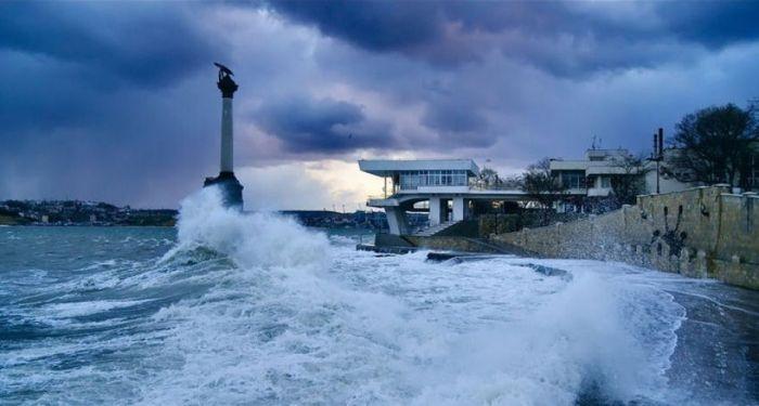 В Севастополе из-за шторма остановили паромы