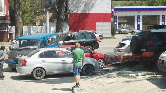 В Симферополе «живой» микроавтобус без водителя врезался в две машины