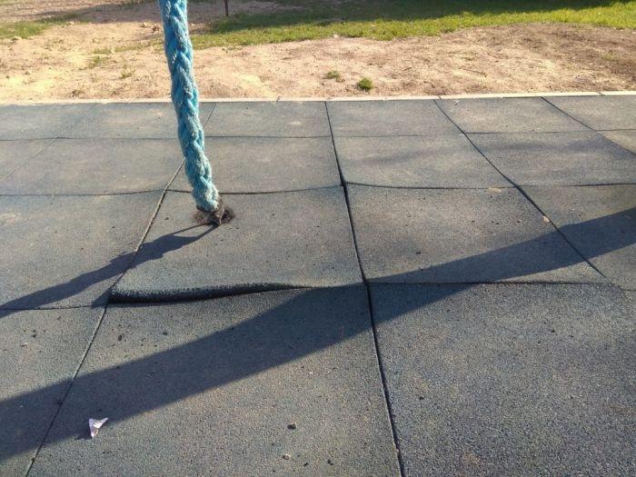 Власти рассказали, когда в парке возле «Муссона» отремонтируют отслоившееся покрытие спортивной площадки