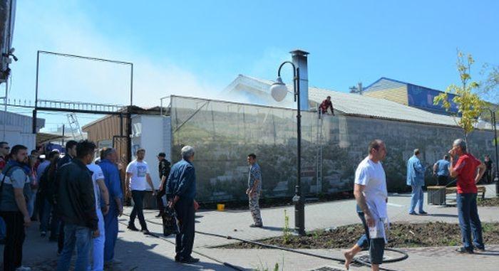 На Центральном рынке Симферополя загорелся торговый павильон