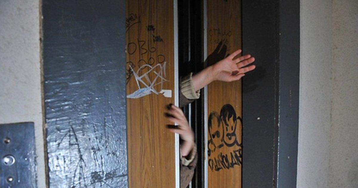 В Крыму таксист спас женщину из застрявшего лифта