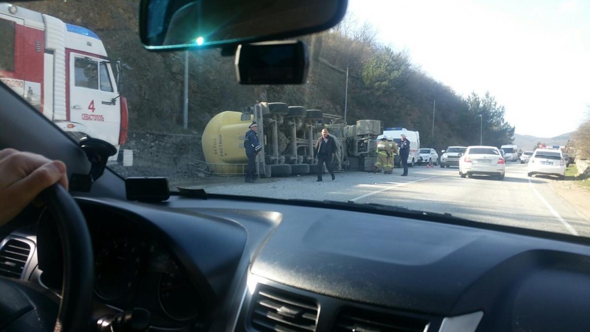 В ГИБДД рассказали подробности аварии с перевернутым цементовозом
