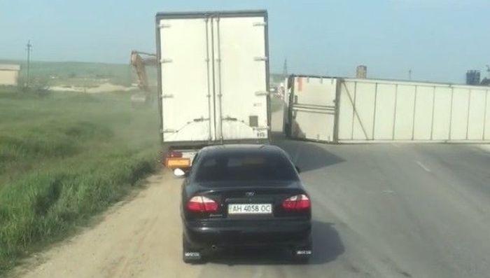 На Керченской трассе перевернулась фура и полностью перекрыла движение: водитель пострадал