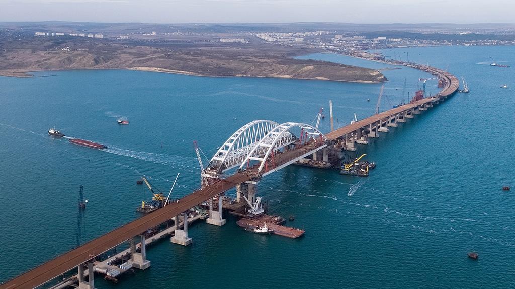 «Мы еще не знаем, наш Крым или нет»: киевлян спросили, что делать с Крымским мостом