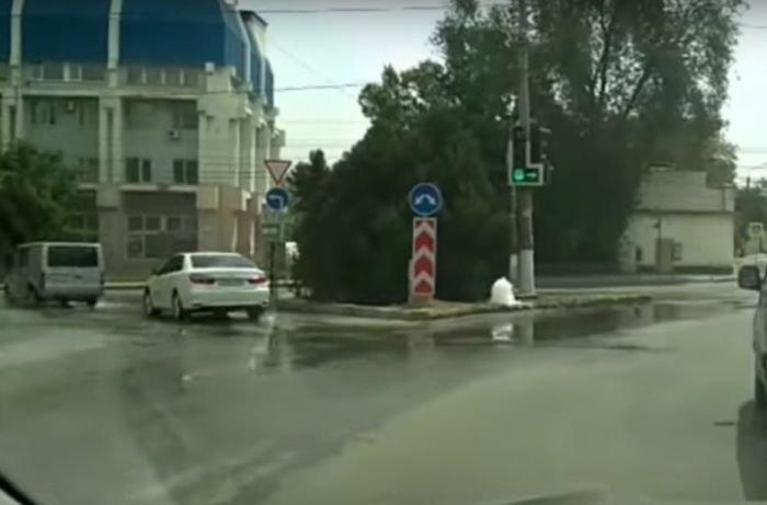 В Симферополе из-под земли забил фонтан