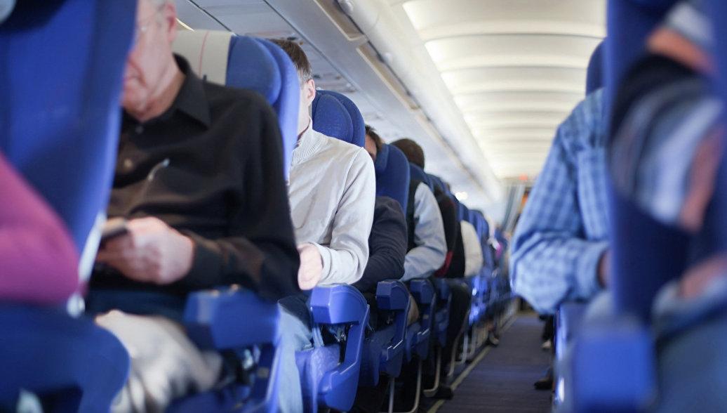 Пассажирка самолёта напугала детей громкой молитвой и избила стюардессу Библией