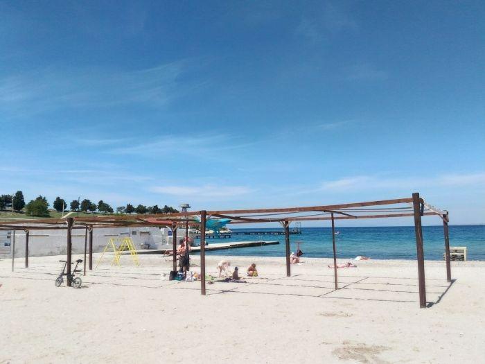 Две недели до лета: как выглядит сегодня пляж Песочный в Севастополе