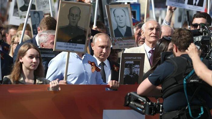 Путин возглавил шествие «Бессмертного полка» в Москве