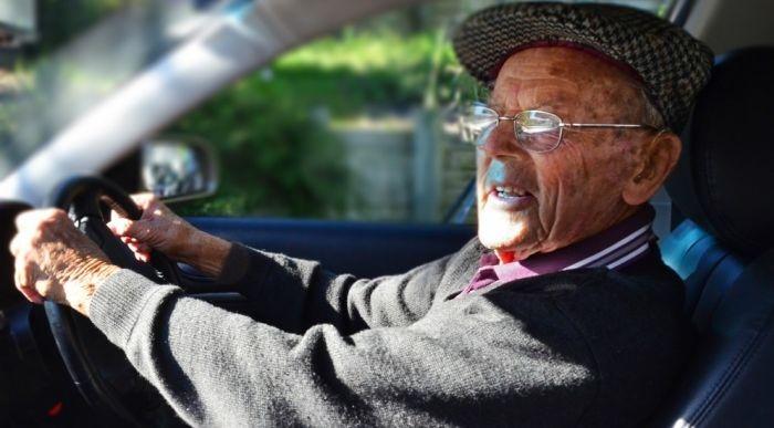 В Симферополе пьяный дедушка угнал у женщины автомобиль, угрожая ножом