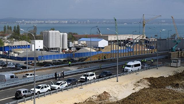 Рабочие заменили ограждение на новом путепроводе через дорогу к Крымскому мосту после ДТП