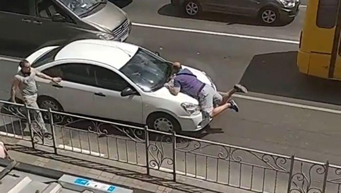 Пешехода провезли на капоте машины по центру Симферополя