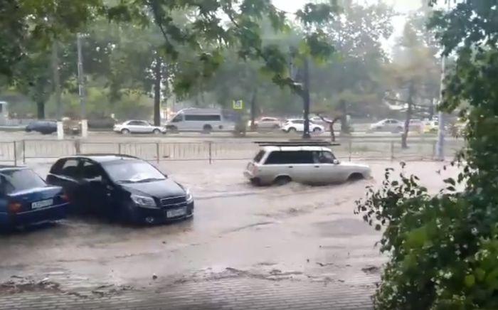 Забытые ливнёвки: в сезон дождей севастопольцам по дороге-дублёру приходится передвигаться вплавь