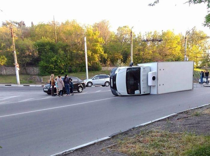 В Севастополе легковушка «уложила» на бок грузовик