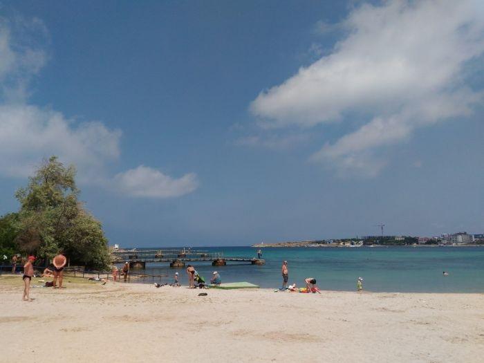 В каком состоянии находится пляж в севастопольской бухте Омега