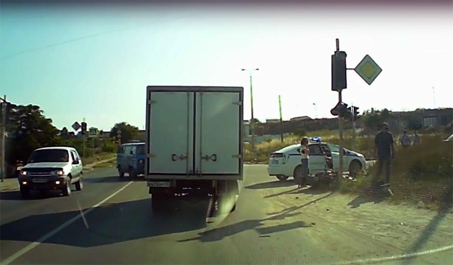 В Севастополе мотоциклист на ходу снес светофор