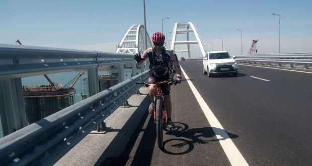 19 км без остановок: по Крымскому мосту проехала группа велосипедистов