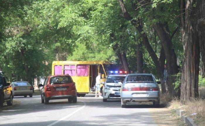 В Керчи пьяная компания угнала маршрутку и попала в ДТП
