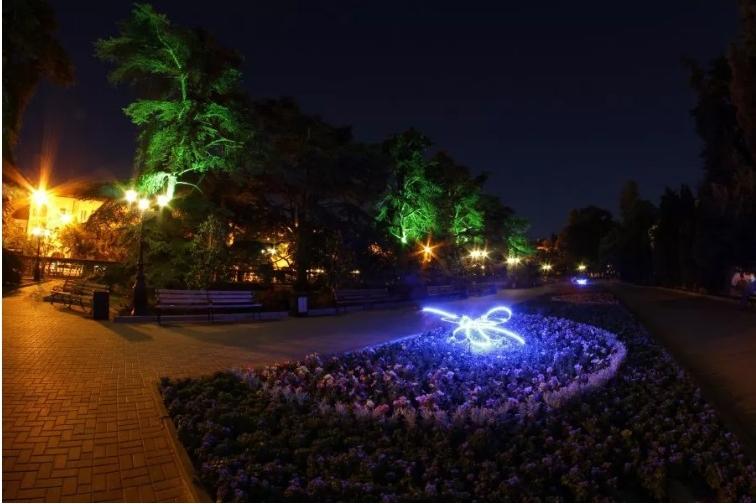 В центре Севастополя  установили декоративные подсветки в виде стрекоз