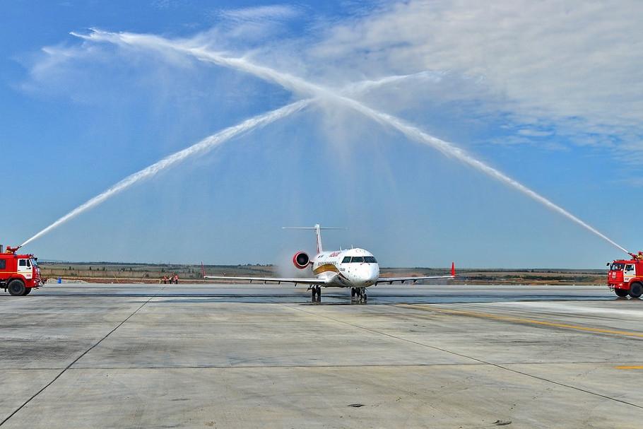 Новую авиакомпанию встретили «аркой триумфа» в аэропорту Симферополя
