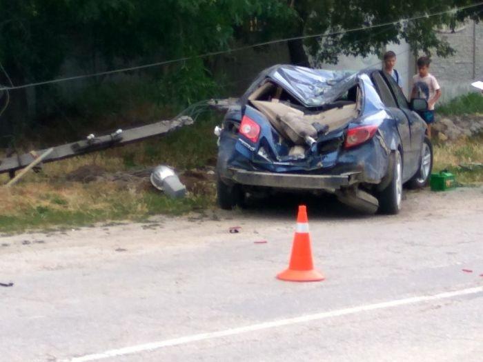 В Крыму машина «влетела» в столб и оставила без света целую улицу