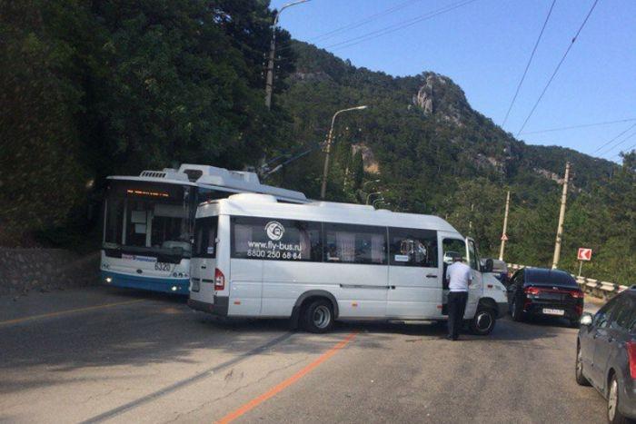 Под Ялтой столкнулся микроавтобус и иномарка